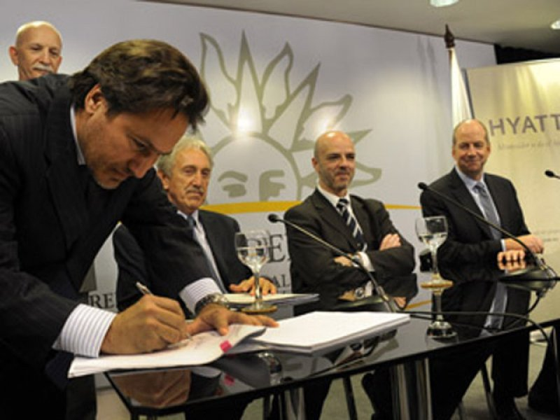 Firma del acuerdo en la sede de la Presidencia uruguaya