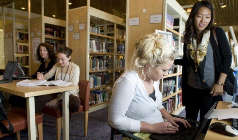 El barco cuenta con biblioteca, sala de computación y de estudio.