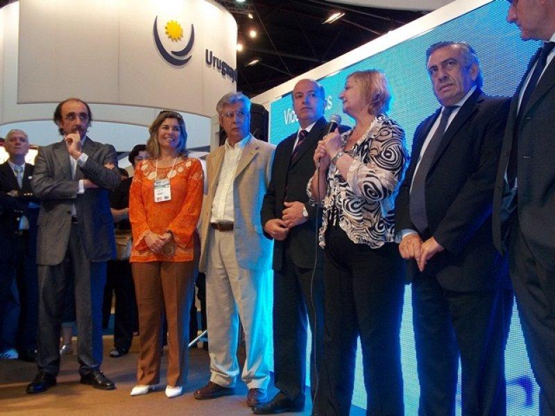 La ministra Kechichian junto a varios intendentes y al embajador uruguayo en Argentina, Guillermo Pomi