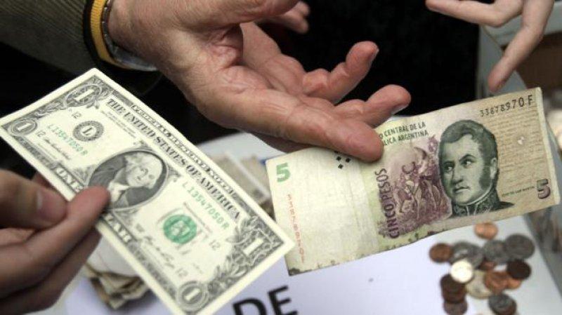 Los depósitos en pesos en Buenos Aires son pagados en dólares en Uruguay