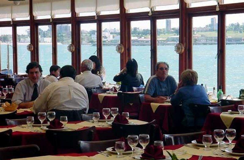 Más de 20 mil restaurantes y bares de la Costa Atlántica deberán retirar el salero de las mesas.