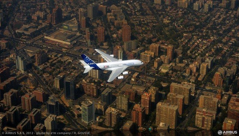 Un Airbus A380 sobrevolando Santiago de Chile.