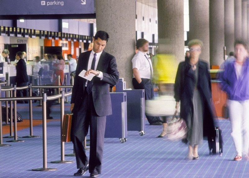 Un viajero de negocios en el aeropuerto.