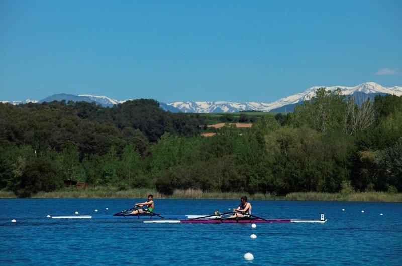 Práctica de piragüismo en el lago de Banyoles. Foto: Agencia Catalana de Turismo / Cablepress.