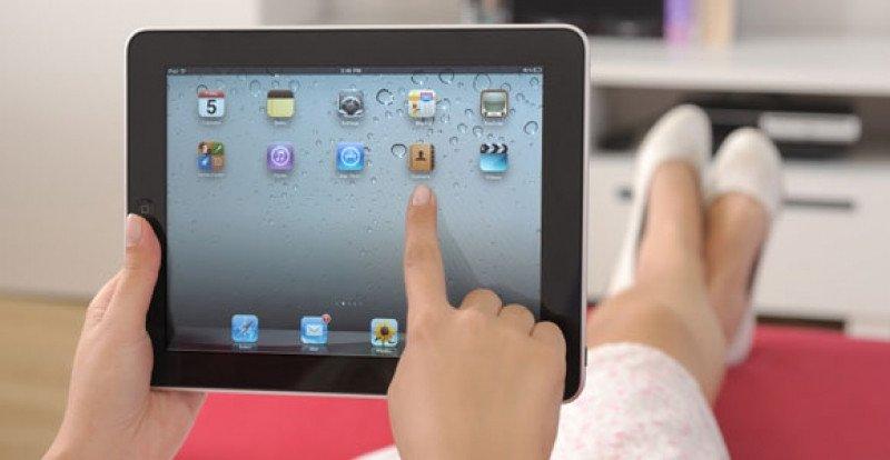 Gracias a la banda ancha, en cada vez más hogares los tablets se usan desde el sofá, lo que favorece nuevos usos de internet.