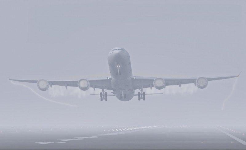 Despegue en medio de la niebla en el Aeropuerto de Madrid-Barajas por la niebla. Los aterrizajes han sido restringidos (Foto: SimPotters).