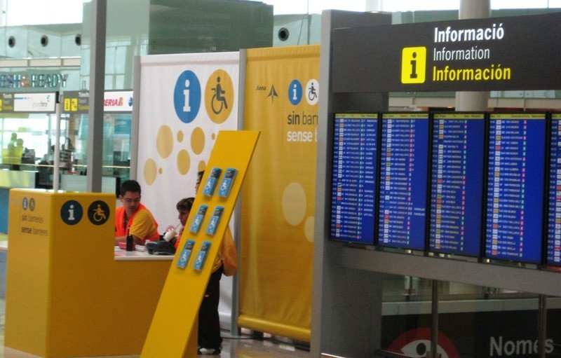 Punto de atención para pasajeros con movilidad reducida en el aeropuerto de Barcelona.