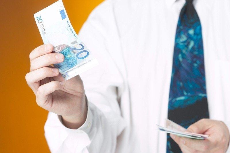 El salario mínimo interprofesional pasará de 641,40 euros a 645,30 euros.
