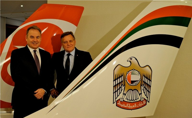 De Izq. a Da., el presidente y CEO de Etihad Airways, James Hogan, y  el CEO de airberlin, Hartmut Mehdorn.