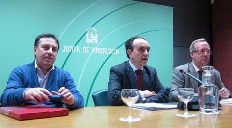 Rafael Rodríguez, en el centro, junto a los representantes de los dos sindicatos.