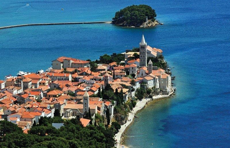 Uno de los pueblos en la costa de Croacia.
