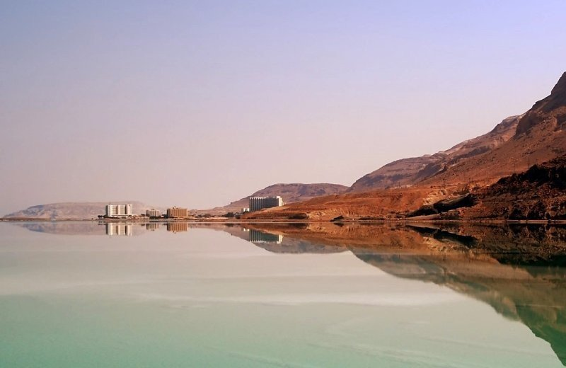 Mar Muerto, con hoteles al fondo.