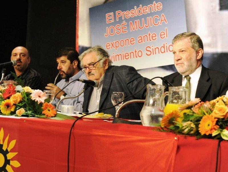 Mujica dijo que no la ve 'tan negra' aunque instó a no impulsar el gasto y criticó el consumismo