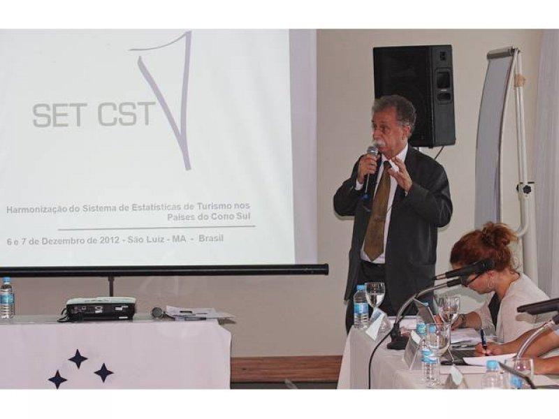 El director del Departamento de Estudios e Investigaciones del Ministerio de Turismo de Brasil, José Francisco Lopes, explica las ventajas de unificar los sistemas