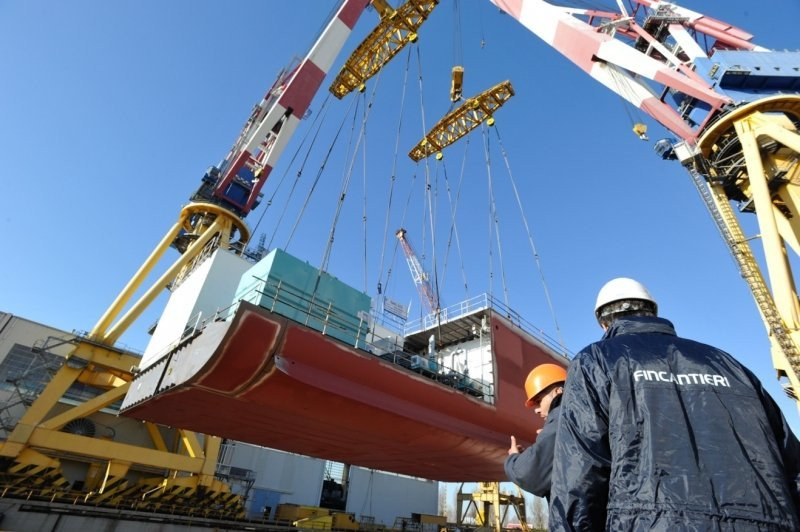 Los astilleros Fincantieri de Venecia trabajan en la enorme nave