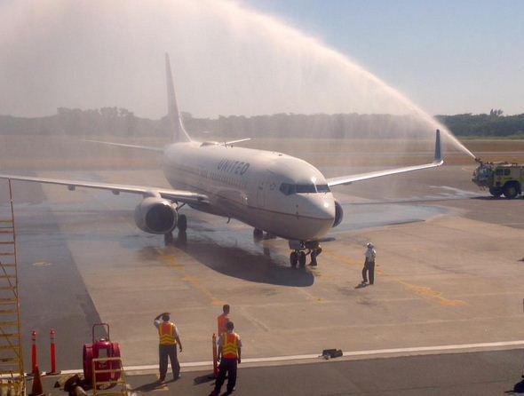 Bautismo del vuelo inaugural de United entre Washington y San Salvador (Foto: El Salvador.com)