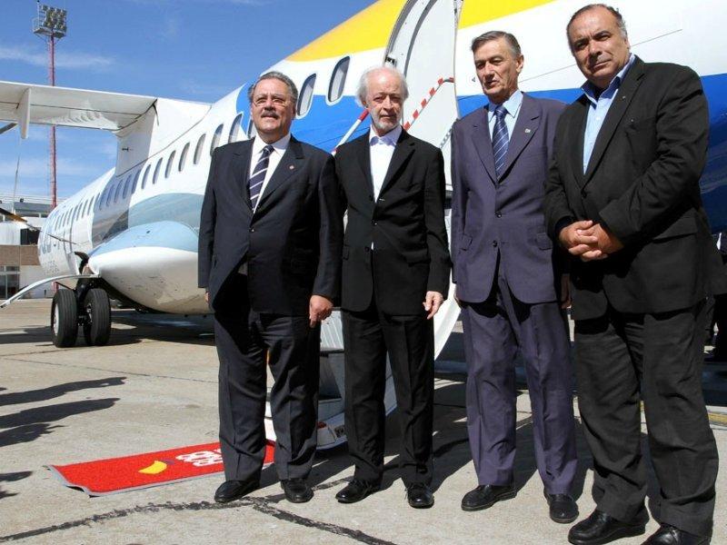 El empresario junto a autoridades en uno de los primeros lanzamiento de BQB, que vuela desde mayo de 2010