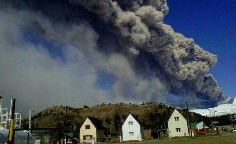 Vuelos suspendidos a Neuquén por actividad del volcán Copahue