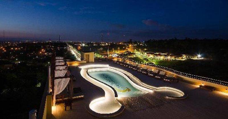 El hotel ofrece pileta con vista a la ciudad y la Selva Iriapú.