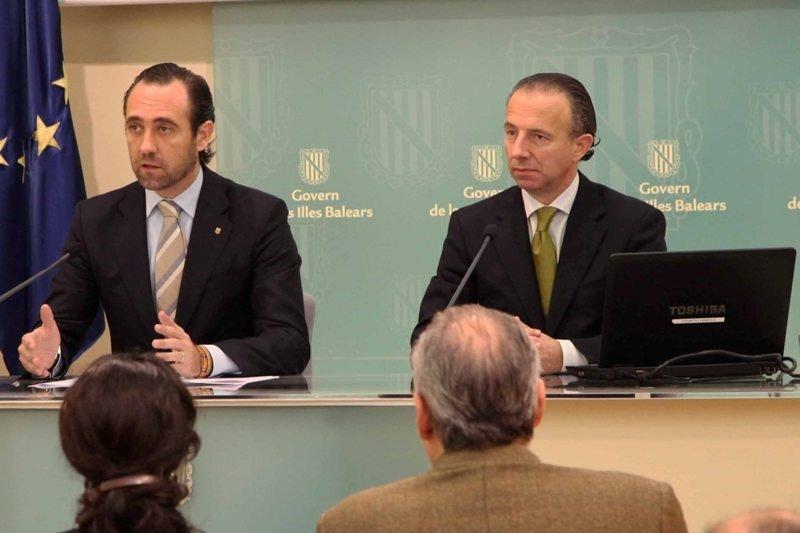 El presidente de Baleares, José Ramón Bauzá, y el consejero de Turismo, Carlos Delgado.