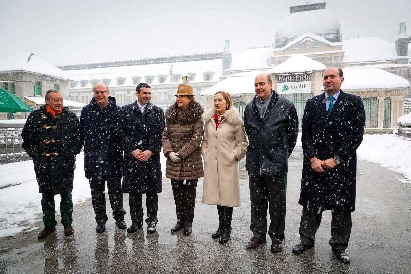 La ministra de Fomento, Ana Pastor, y la presidenta del Gobierno de Aragón, Luisa Fernanda Rudi, ayer en la estación de Canfranc.