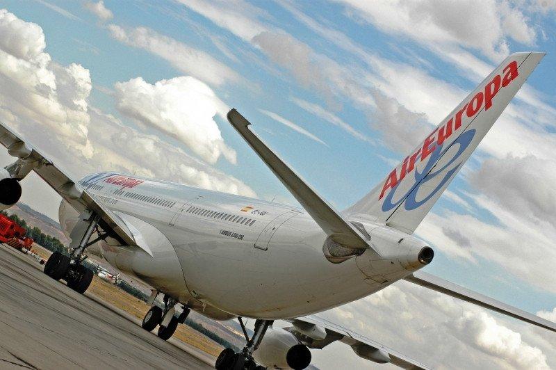 Pilotos de Air Europa alegan contra la reducción salarial 'retroactiva' del 25%