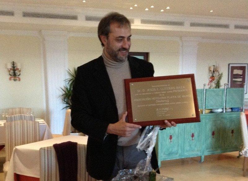 Jesús Lliteras recibiendo la placa conmemorativa.