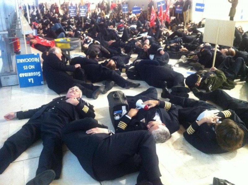 Pilotos y tripulantes ayer durante la protesta simbólica en Barajas.