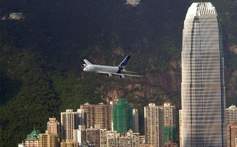 Un avión sobrevuela Hong Kong, la ciudad que más turistas extranjeros recibe, en su mayoría procedentes de China.