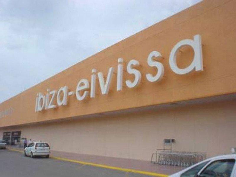 El aeropuerto de Ibiza opera de mayo a octubre el 85% de los movimientos anuales y contabiliza el 90% de los pasajeros.