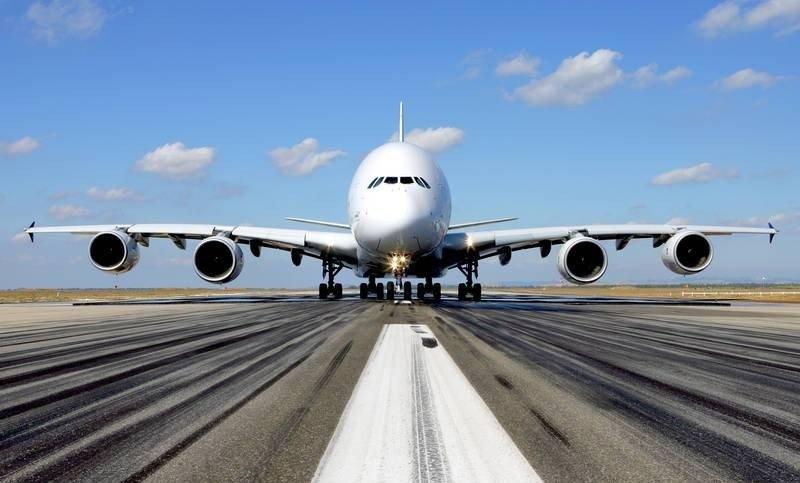 Un Airbus A380 en la pista de despegue.