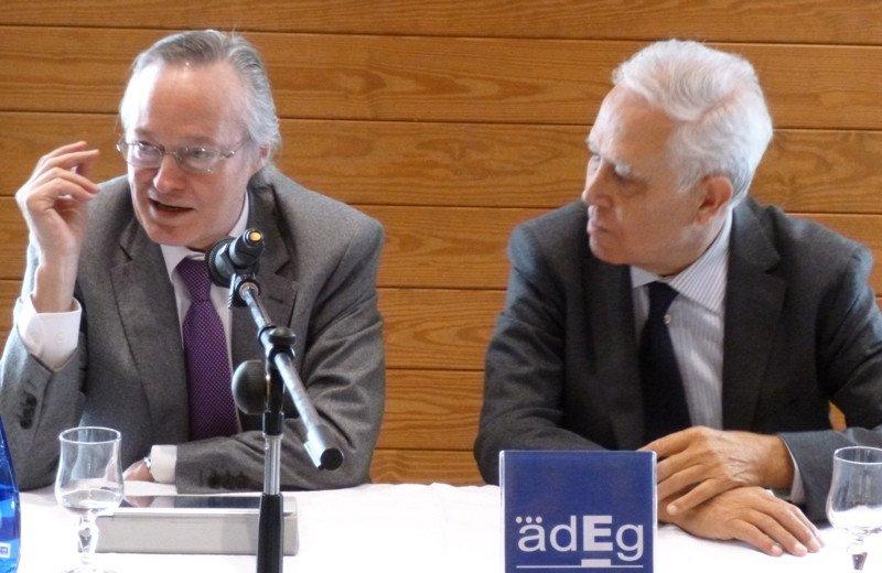 Josep Piqué, presidente de Vueling, junto a Xavier Cardona, presidente de la asociación empresarial Adeg.