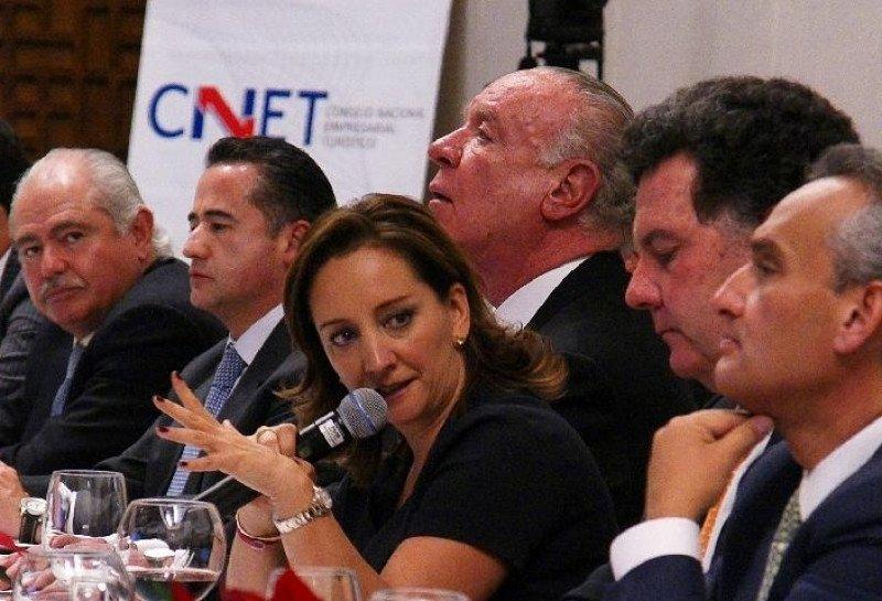 En el centro, la nueva secretaria de Turismo de México, Claudia Ruiz Massieu, durante un encuentro con empresarios turísticos.