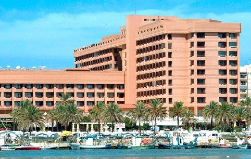 Imagen de Fuengirola, Costa del Sol, con el hotel Las Palmeras.
