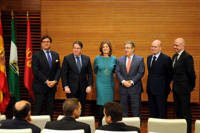 La alcaldesa de Madrid, Ana Botella, junto con el alcalde de Sevilla, Juan Ignacio Zoido (a su dcha), en la presentación del acuerdo de colaboración.
