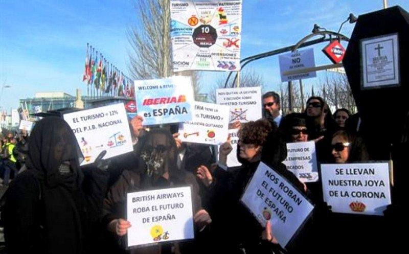 Trabajadores de Iberia se manifiestan en Fitur por la aerolínea y el turismo