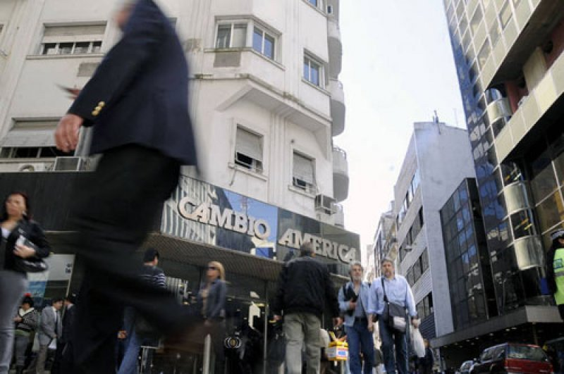 Mercado informal de cambio de divisas ha establecido redes para captar turistas en hoteles y agencias