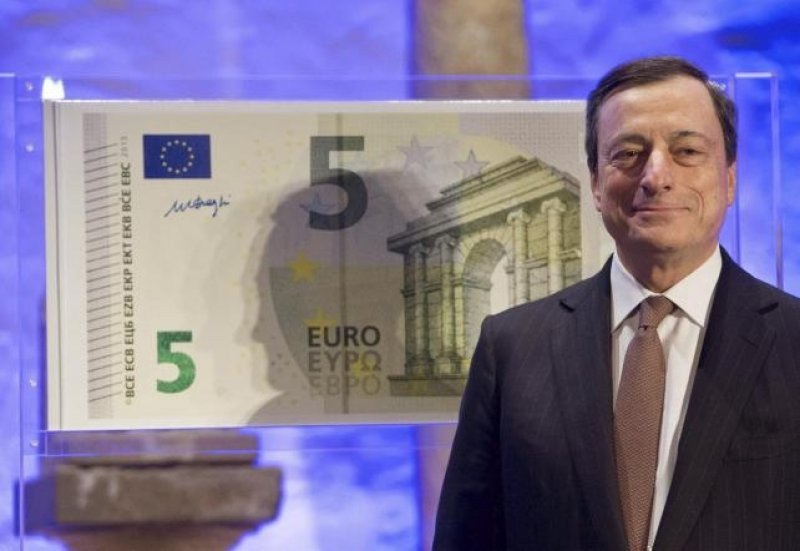 El presidente del Banco Central Europeo (BCE), Mario Draghi, presentó en Fráncfort el nuevo billete de 5 euros
