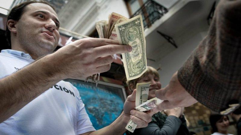 Argentina: precio del dolar paralelo aumentó más del 10% en enero