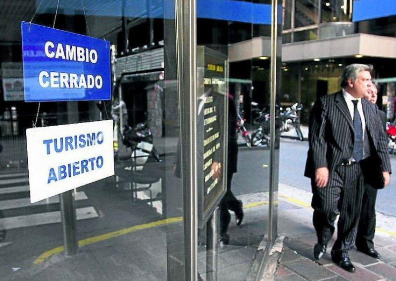 AFIP intimará a turistas que compraron dólares y no viajaron.