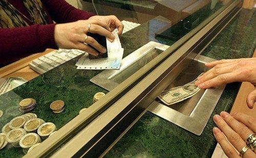 El 2,76% de turistas que sale del país recibe autorización de AFIP para comprar dólares.