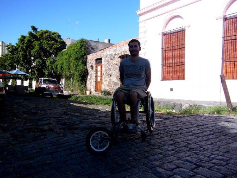 El empedrado irregular de las calles del casco antiguo es uno de los principales obstáculos