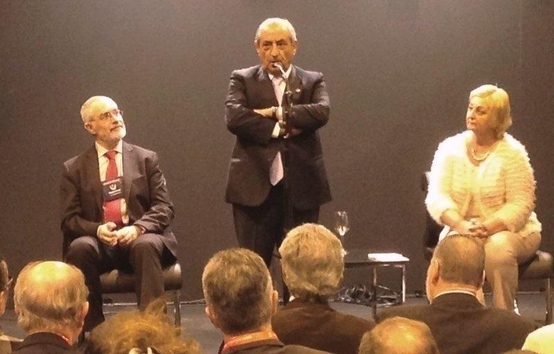 Juan José Hidalgo anunció la nueva ruta de Air Europa en Fitur, acompañado de las autoridades uruguayas de Turismo.