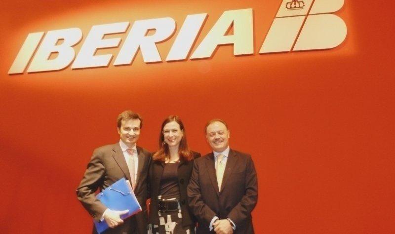 De izq. a Da., el nuevo director general de Comercial y Clientes de Iberia, Marco Sansavini; Carolina Issler Martinoli, directora de Marketing de la compañía; y Víctor Moneo Ocaña, director de Ventas España.