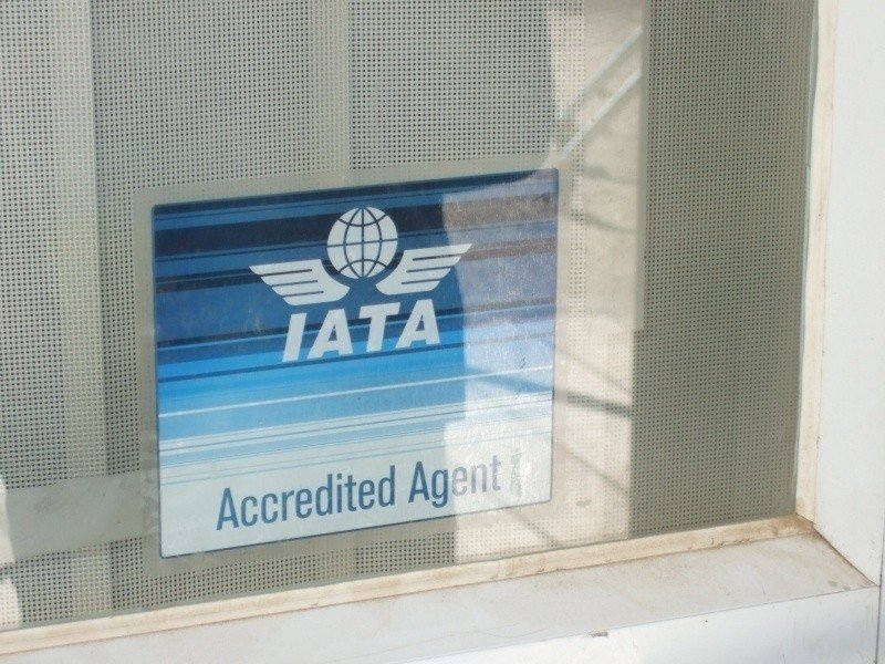 Escaparate de una agencia de viajes con licencia de IATA.