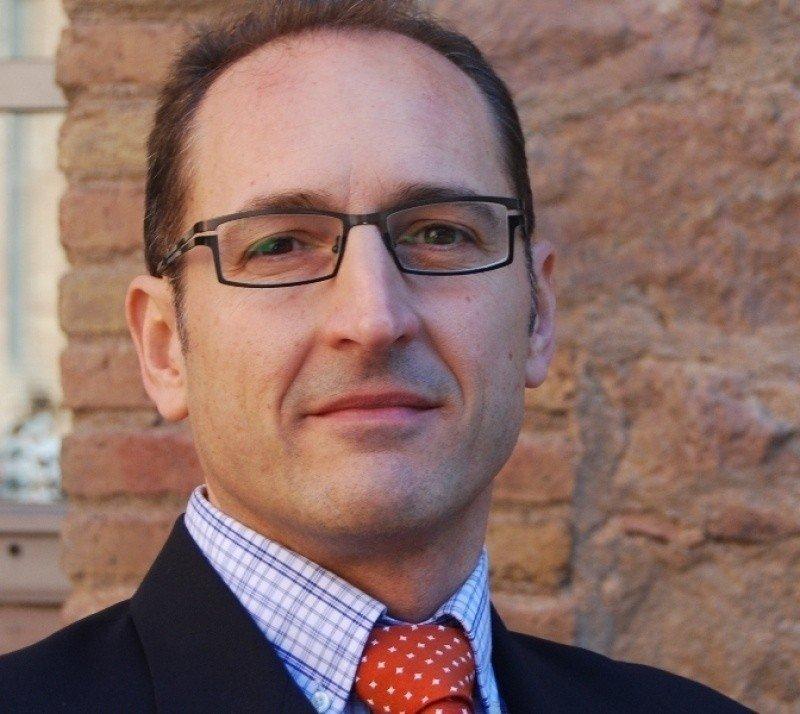 José Fernández Cavia es profesor titular de Publicidad y Relaciones Públicas en la Universidad Pompeu Fabra de Barcelona y Doctor en Ciencias de la Comunicación por la UAB.