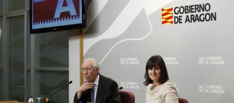 El consejero de Economía y Empleo del Gobierno de Aragón, Francisco Bono y la directora general de Turismo, Elena Allué.