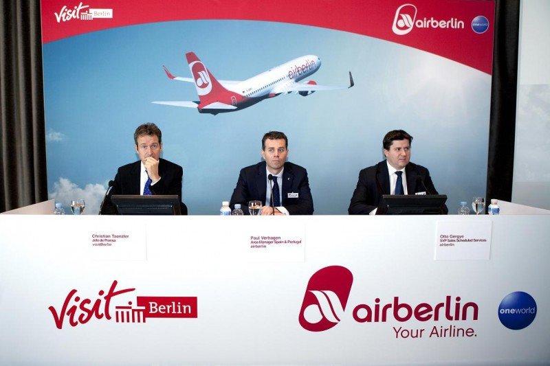 De izq. a dcha, Christian Tanzler, jefe de prensa de visitBerlin; Paul Verhagen, director de Airberlin para España y Portugal; y Otto Gergye, vicepresidente de ventas de servicios regulares de la aerolínea.