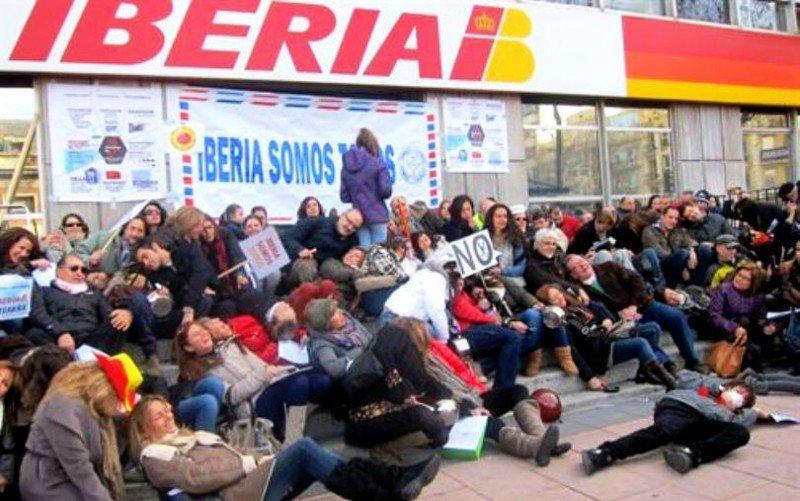 Sindicatos de Iberia califican el ERE de 'fraude' y piden la mediación del Gobierno