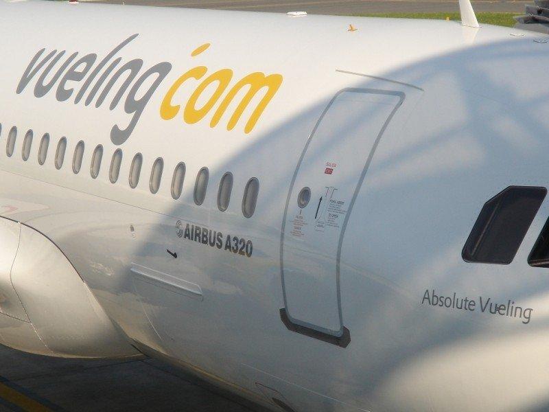 Vueling anula casi el 30% de su programación por la huelga en Iberia